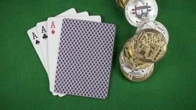 Die Münzen und die bitcoins fallen nahe bei der Draufsicht langsames MO der Karten auf dem Tisch stock footage