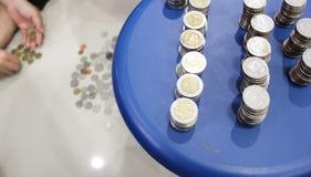 Die Münzen werden in thailändischen Baht eingestellt Stockfotografie