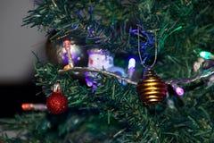 Die Magie von Weihnachten mit den schönen Dekorationen - Vorderansicht Stockfoto