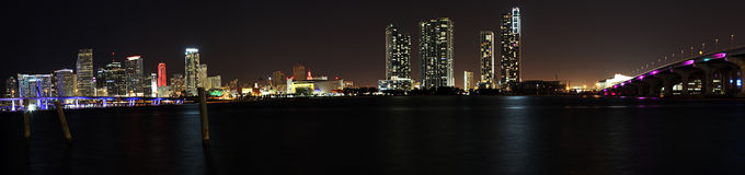 Die magische Stadt - Miami-Skyline nachts lizenzfreie stockbilder