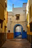 Die magischen Straßen von Marokko Kleine Straße in der alten Stadt des Verkaufs stockbild
