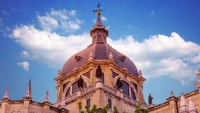 Die majestätische Haube Almudena Cathedrals in Madrid spanien stock video footage