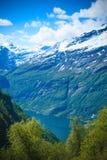 Die majest?tischen Berge des Geirangerfjord in Norwegen lizenzfreie stockfotos