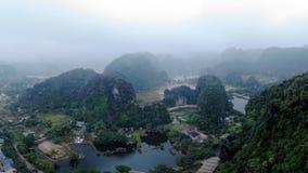 Die majestätischen Berge gestalten mit dem umgebenden Fluss landschaftlich lizenzfreies stockbild