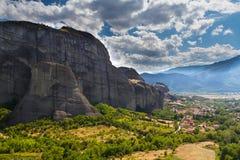 Die majestätischen Klippen über dem Dorf von Meteora Stockbilder