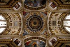 Die Malerei auf der Haube und den Wänden von Heilig-Isaac-` s Kathedrale herein Stockfotos
