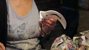 Die Malerei der venetianischen Maske Nahaufnahme stock footage