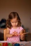 Die Malerei des kleinen Mädchens Lizenzfreie Stockbilder