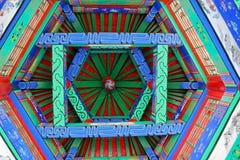 Die Malereien auf der Decke des hölzernen Turms des traditionellen Chinesen Stockbilder