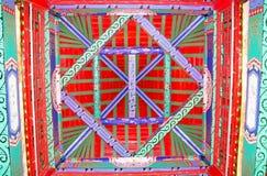 Die Malereien auf der Decke des hölzernen Turms des traditionellen Chinesen Lizenzfreie Stockfotos
