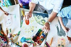Die Malereien der Kinder in Art Class Stockfotos