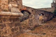 Die malerischen Steinwände des alten Tunnels der alten Festung von Piran, Slowenien Stockfotos