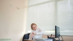 Die Managerfrau war Schmerzen, als, arbeitend am Schreibtisch im Büro Rückseitige Schmerz stock video footage