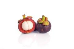 Die Mangostanfrucht auf weißem Hintergrund mit Reflexion. Stockfotos