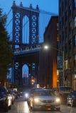 Die Manhattan-Brücken- und Brooklyn-Straßen nachts Stockbild