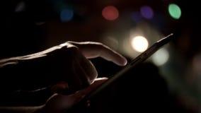 Die Mannhände, die Tablettenweihnachten in einer Liste verzeichnen, kippen unten stock footage