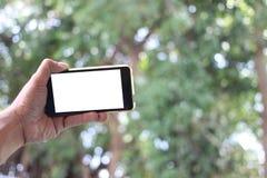 Die Mannhand hält den smartphon leeren weißen Schirm und hat Spindel stockfoto