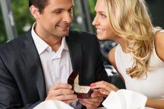 Die Mannherstellung schlägt zu seiner Freundin vor Lizenzfreie Stockfotos