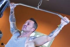 Die Mannherstellung zieht Abstiege - Trainingsprogramm stockfotografie