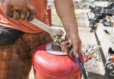 Die Mannschraube das Rohr zur Gasflasche mit einem Schlüssel lizenzfreies stockbild