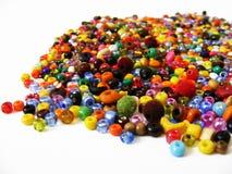 Die Manschetten, die von den farbigen Perlen passend sind für Handwerk gemacht werden, entwerfen Stockfotografie
