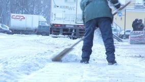Die manuelle Reinigung des Schnees in der Stadt stock video footage