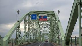 Die Maria Valeria-Brücke, die Esztergom in Ungarn und Sturovo in Slowakei, über dem Fluss Donau verbindet lizenzfreie stockbilder