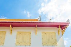Die Marmorwand und das Dach bei Wat Benchamabophit Dusitvanaram lizenzfreies stockfoto