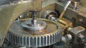 Die Maschine auf der Anlage, die den alluminium Kreis gräbt stock video footage