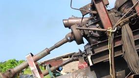 Die Maschine, die für Entwässerungswasser vom Teich läuft stock video
