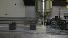 Die Maschine schärft Metall 1 stock video