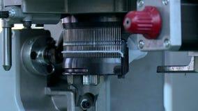 Die Maschine strickt die Versorgung stock footage
