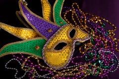 Die Maske eines Karnevalspaßvogels mit Perlen auf einem schwarzen Hintergrund lizenzfreies stockbild