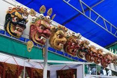 Die Masken des Teufels werden verkauft an einem Markt (Bhutan) lizenzfreie stockfotografie
