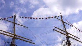 Die Maste eines alten Segelschiffs gegen den Himmel stock video