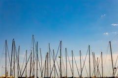 Die Maste von Segelbooten stockfotografie
