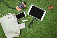 Die Materialien der Frauen sind auf grünem Gras Lizenzfreie Stockbilder