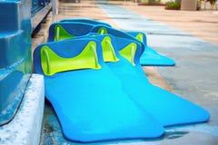 Die Matten der blauen Rennläufer mit grünen geraden Griffen lizenzfreies stockbild
