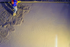 Die Maurerarbeitskraft, die Beton mit Kellen planiert, Maurer übergibt spreadi lizenzfreie stockfotos