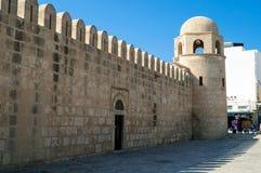 Die Medina-Wand von Sousse mit dem Festungsturm stockbilder