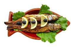 Die Meeräschenfische, die mit Zitrone und Oliven gegrillt wurden, dienten auf Lehmtonwaren lizenzfreies stockfoto