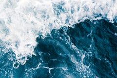 Die Meeresoberfläche mit Wellen, Spritzen, Schaum und Blasen, a Stockbilder
