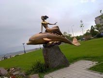 Die Meerjungfrau auf einem Delphin lizenzfreie abbildung