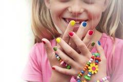 Die mehrfarbige Maniküre der Kinder lizenzfreie stockfotografie