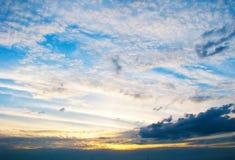 Die mehrfarbigen Wolken, belichtet durch die untergehende Sonne, schaffen eine schöne fantastische Ansicht Lizenzfreie Stockfotos