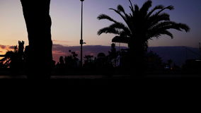 Die Menge an der Abendpromenade stock video