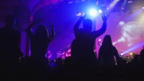 Die Menge von Schatten von den Leuten, die am Konzert tanzen lizenzfreies stockbild