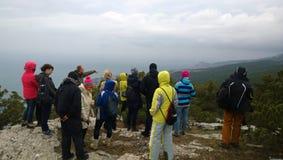 Die Menge von Touristen auf dem Hügel sieht den Panoramablick von der Spitze Lizenzfreies Stockfoto