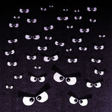 Die Menge von verärgerten Augen auf einem dunklen Hintergrund lizenzfreie abbildung