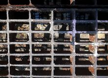 Die Metallabdeckung für die Entwässerung auf der Straße Stockfotos